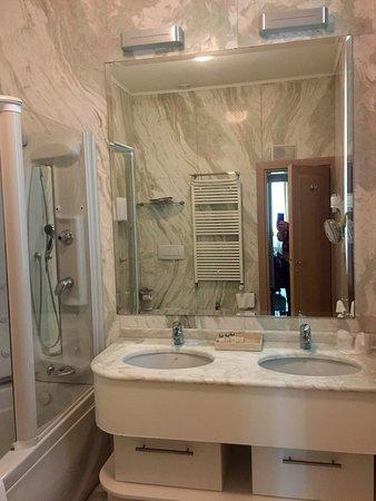 Foscari Palace: Double sinks with plenty of storage below