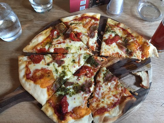 Oakhill, UK: Pretty good pizza for a pub