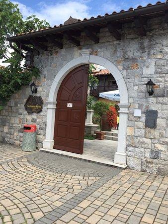 Sezana, Slovenia: entrance to the guesthouse and courtyard
