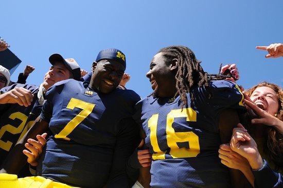Ann Arbor, ميتشجان: Postgame victory celebration at Michigan Stadium.