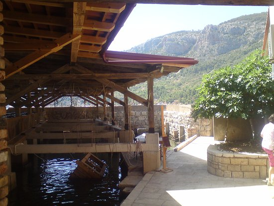 Comisa, Croacia: Restaurant over Water