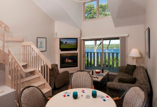 Country House Resort: 2nd Floor Suite great room with waterview balcony