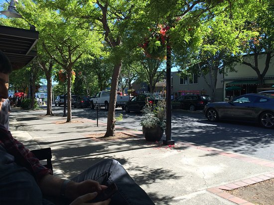 Poulsbo, Waszyngton: View from sidewalk seating towards Kingston Ferry terminal.