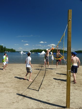 Minett, Kanada: Beach volleyball, waterpark in the background