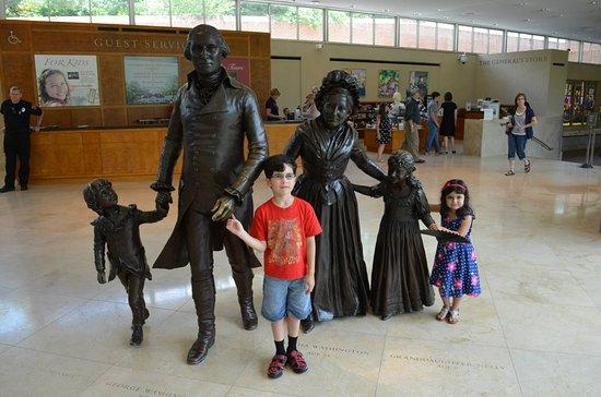 Mount Vernon, VA: ESTATUA DE WASHINGTON Y SE FAMILIA