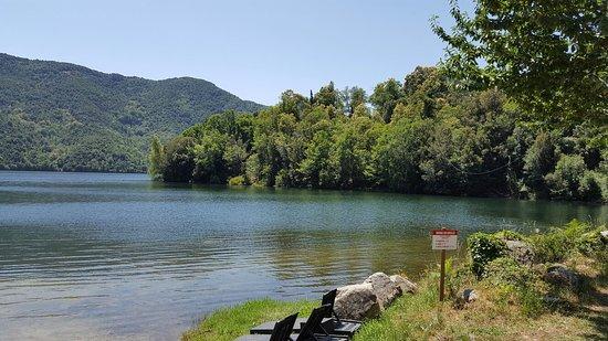 Lac de TOLLA vu de la berge et du lac en canoë