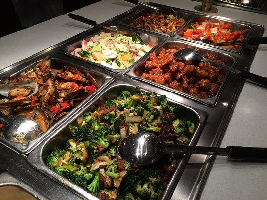 Lynchburg, Βιρτζίνια: Sunday Buffet has fresh muscles and salmon!