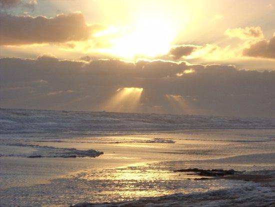 Claromeco, Argentina: Atardecer en la playa.