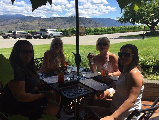 Oliver, Canadá: Lunch on the patio at Hesters Creek! Great view and food