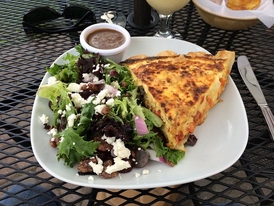 Kemptville, Canada: Sundried tomato quiche and maple pecan goat cheese salad