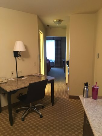 Country Inn & Suites By Carlson, Schaumburg: We were constantly having to maneuver around this desk.