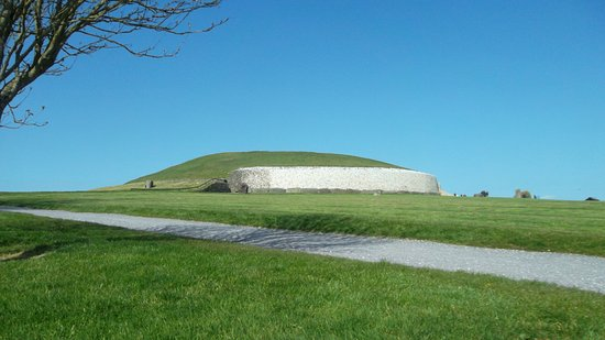 Donore, Ireland: Newgrange as you approach