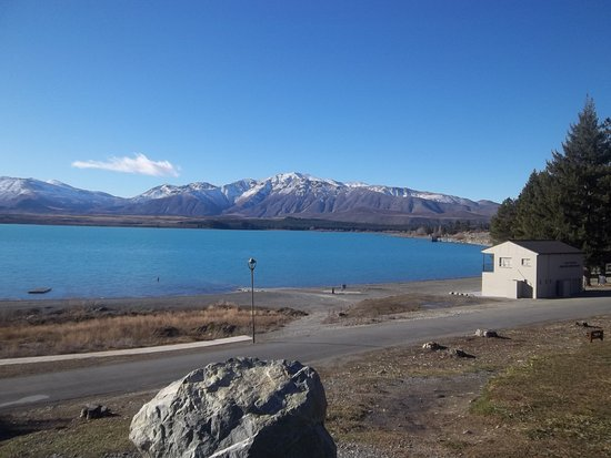 Queenstown Holiday Park & Motel Creeksyde: Beautiful Lake Tekapo and the mountains in the distance