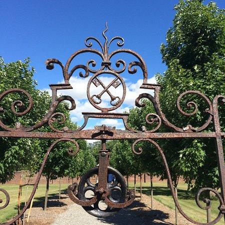 Ticonderoga, estado de Nueva York: Wrought iron gate at the entrance to the King's Garden