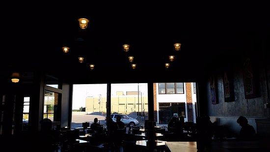 ซีดาร์แรพิดส์, ไอโอวา: Bad lighting, but good vibes!