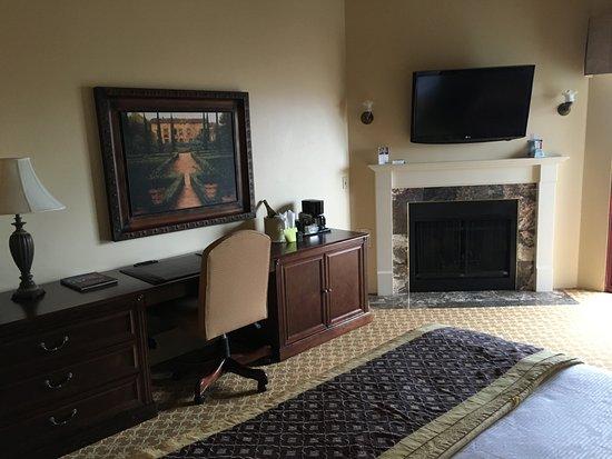 BEST WESTERN PLUS Victorian Inn: fireplace in room