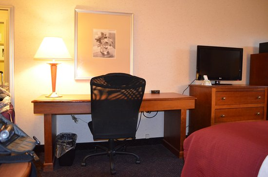 BEST WESTERN PLUS Waterville Grand Hotel: Large comfortable desk and office chair. Free wifi