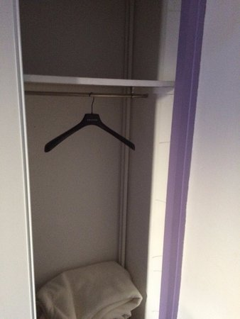 Entraigues-sur-la-Sorgue, Frankrijk: Rangement de la chambre , pas d' étagères et très sale.