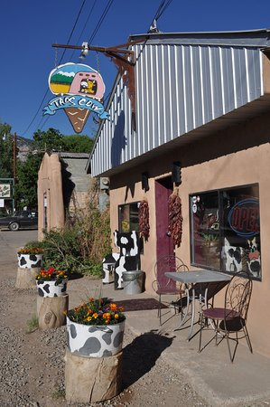 Arroyo Seco, Nuevo Mexico: Colorful side of building facing State Highway 150