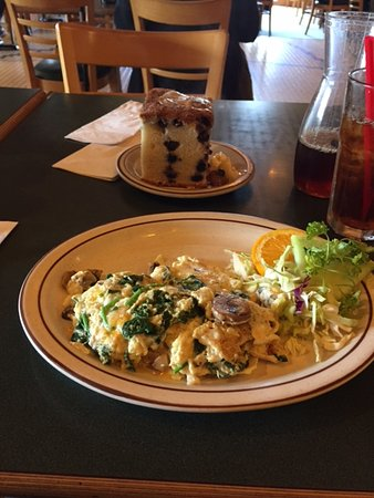 Belmont, Californië: Breakfast of vegetable omelet, blueberry coffee cake and iced tea
