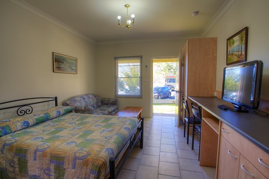 Tumut, Australia: Inside the room viewing out