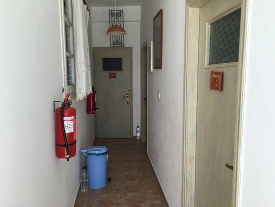 Platis Yialos, Grecja: Παλιές πόρτες χωρίς ηχομόνωση.