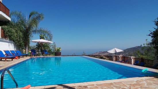 Lysos, Kypros: The hotel pool with its stunning views.
