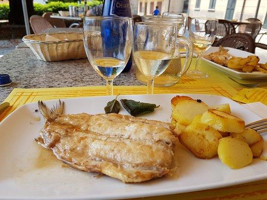 Меццегра, Италия: Lavarello burro e salvia con patate al forno. Buonissimo !!!