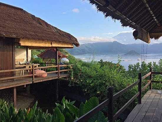 Padangbai, Indonesia: Villa 15's bedrooms separated by a frog filled lily pond (croak)