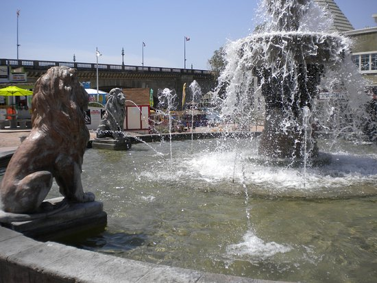 Lake Havasu City, AZ: Beautiful fountain in court yard in front of visitors center.