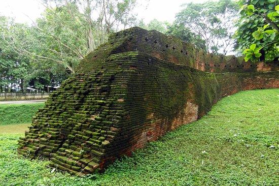 Chiang Saen, Thailand: old wall