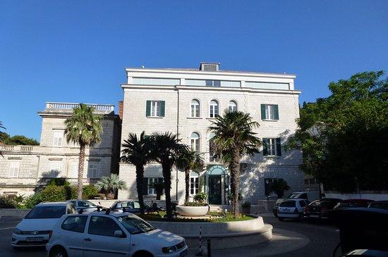 Hilton Imperial Dubrovnik: 別棟のヴィラ。向かいがホテル。
