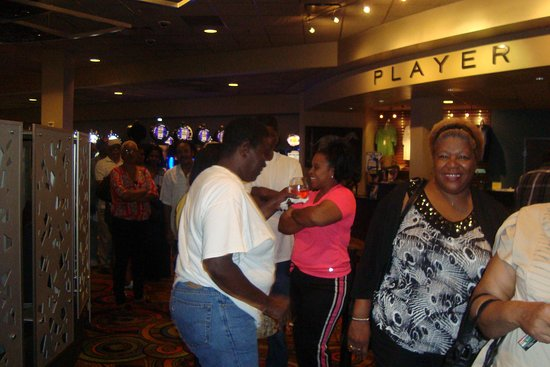 West Memphis, AR: Guests socializing while waiting in line at the Player Reward Counter.