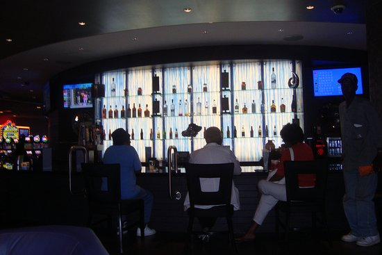 West Memphis, AR: Guests relaxing at the bar at Southland Gaming and Racing.