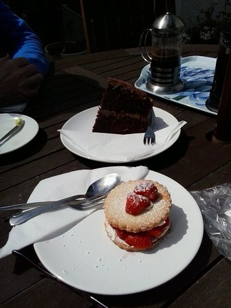 Saltburn-by-the-Sea, UK: I had the strawberry shortcake and my husband the chocolate cake. Both were delicious!