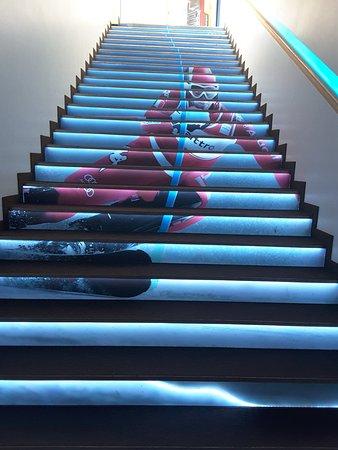 Rifugio Emilio Comici: Le scale raccontano le immagini dello sport invernale.