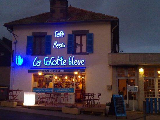 Aydat, فرنسا: Le soir, la terrasse bien abritée (à droite, pas sur la photo) est un régal.