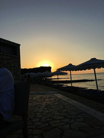Roda Beach Resort & Spa: sunset view from our table in the Italian restaurant