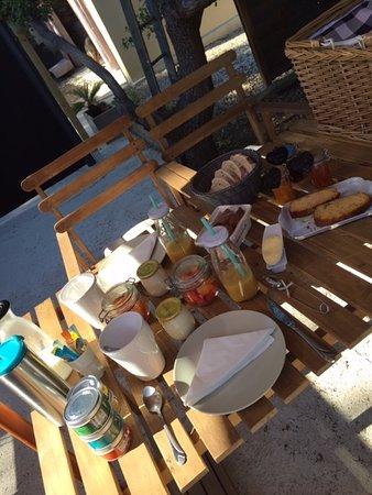 Simiane-Collongue, Francja: delicious breakfast - home made !!