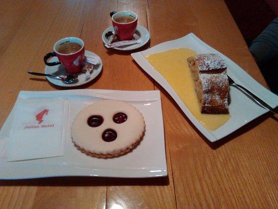 Santa Cristina Valgardena, Italië: Strudel con crema alla vaniglia e big cookie con confettura di fragole.