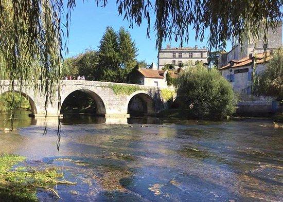 Bourdeilles bridge photo from Maisonbrantome.com