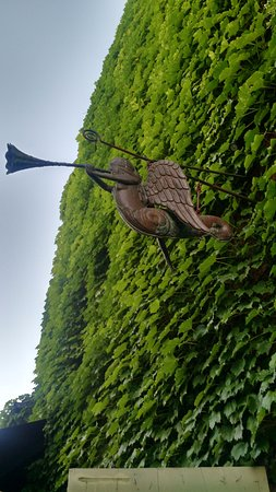 Sackets Harbor, NY: The building is engulfed in ivy. It is very pretty.