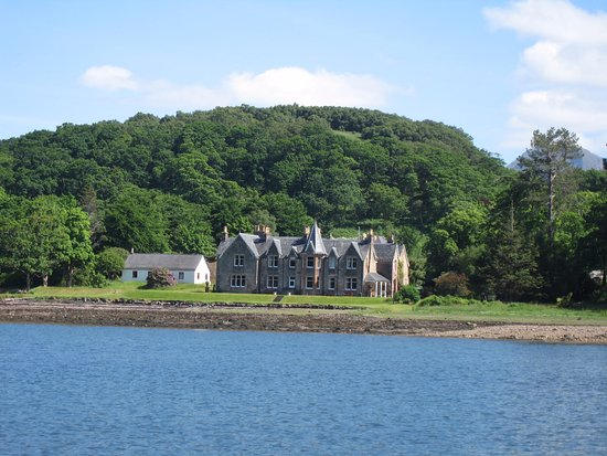 Gairloch, UK: HOTEL VIEWED FROM THE LOCH
