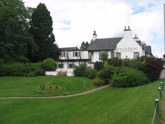 Grantown-on-Spey, UK: HOTEL FROM THE MAIN ROAD