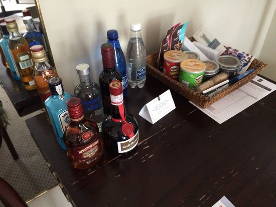 Hotel Le Bonne Entente: A mini bar available on a tired table with no fridge