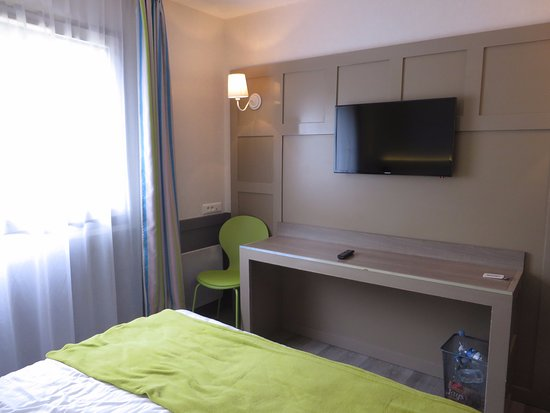 Hotel Le M Honfleur: Room, small but clean and comfortable bed
