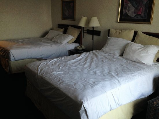 Silver Beach Hotel: no comforter just a very thin scratchy blanket under sheets.