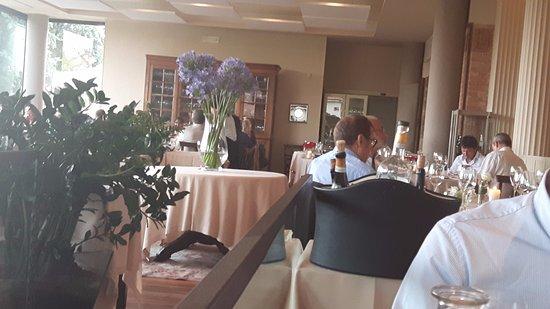 Treiso, Italia: Il ristorante all'interno: eleganze pura