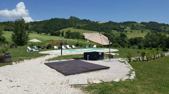 Frontino, Italia: La zona piscina e idromassaggio