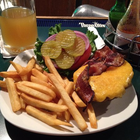 Elk Grove, CA: LOOK! This is a beautiful presentation of a Bacon Cheeseburger!
